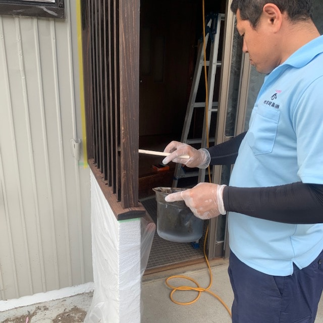 玄関ポーチの修繕工事と保護塗料を塗ってます。
