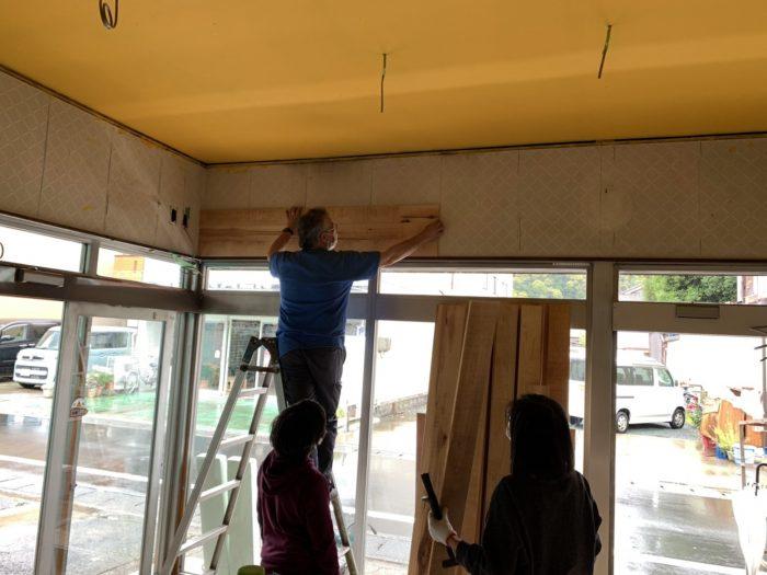 壁の板張りと天井のペンキ塗り