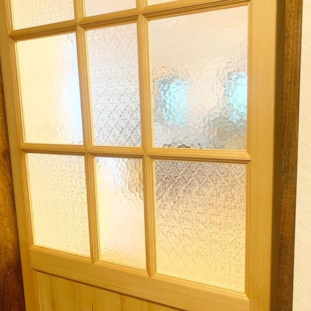 デザインガラスをはめ込んだ引き戸を取り付けました。2種類のガラスを交互にはめ込み、とっても可愛く仕上がりました😊