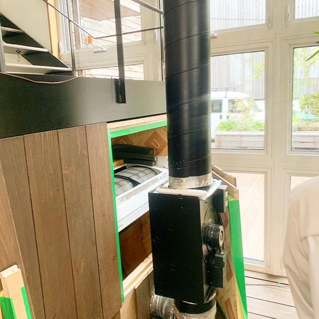高気密・高断熱の建物で、家庭用のエアコン1台とシンプルな換気設備を使った換気計画が組まれ、年中快適な空間となっています。