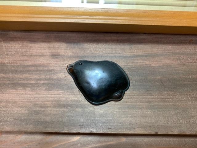 釘隠しとは、日本家屋の長押に打った釘の頭を隠すために付ける装飾具です。昔ながらの日本家屋や、格式ある和風の住宅に使用されてきました。この釘が打ちつけられている長押は、柱を連結し柱の移動や揺れを防ぐ役割があります。