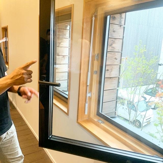 約87坪KS構法3階建ての事務所はパッシブデザイン設計された高気密・高断熱の建物で、家庭用のエアコン1台とシンプルな換気設備が組まれ、年中快適な空間となっています。