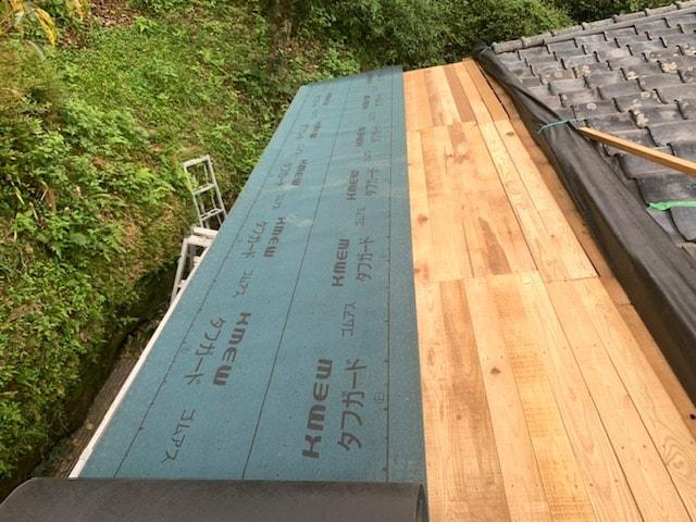 屋根の下地を施工しています。 ゴムアスルーフィングで雨水を防ぎます。