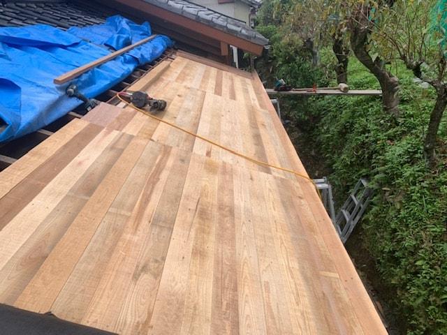 屋根の下地を施工しています。ゴムアスルーフィングで雨水を防ぎます。