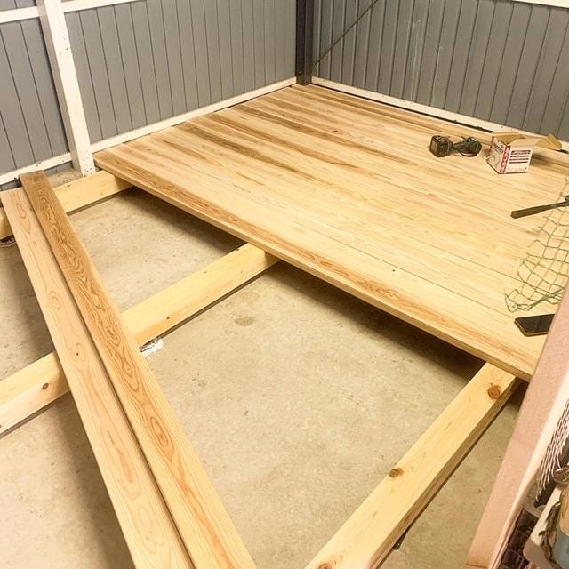ガレージに張る板を加工して床板を張っていきます。