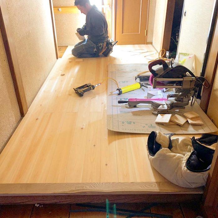 ヒノキの縁甲板張りをしました。縁甲板とは、フローリングの一種で、幅も長さも大きめで、木目が板目に揃っていてスッキリ見えるのが特徴です。ヒノキは強度・耐久性に優れるため、床材に適しています。くっきりと色濃く浮かんだ木目や、艶のある表情がキレイです。