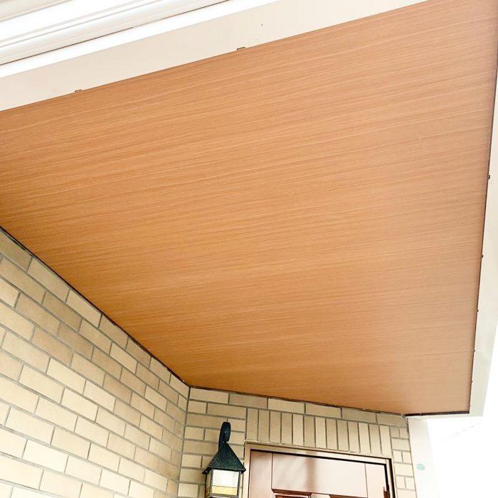 玄関ポーチの軒天の張替えをしました。玄関が明るくなりました!