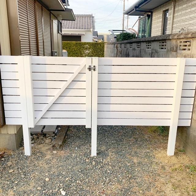 白いペンキで塗り塗り~!木製フェンスの出来上がり。扉も取付けて完成です。この様なご相談もお気軽にお問い合わせ下さい。