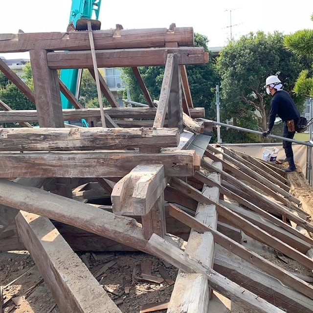 長屋門の解体3日目です。野地板、垂木をどんどんばらしていきます。解体・片付けの応援協力していただける業者、スタッフ募集しております!