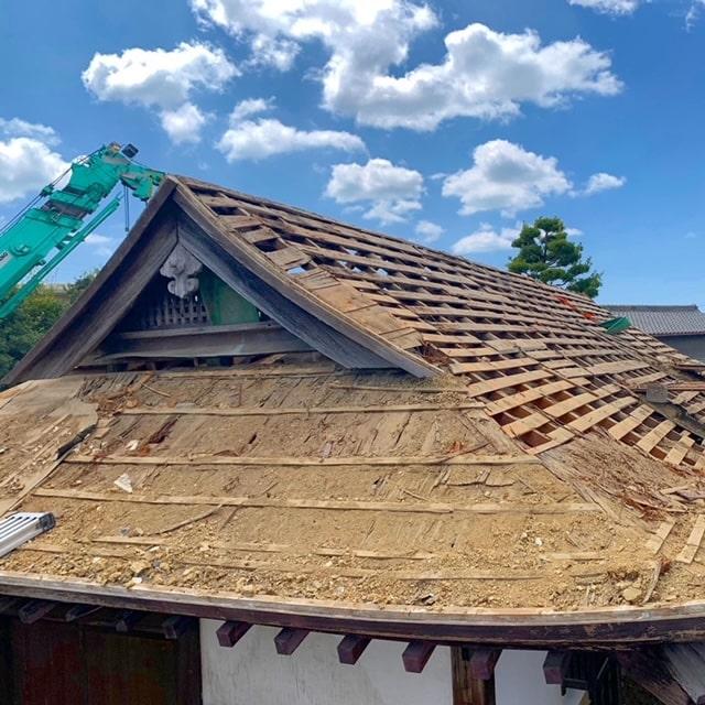 長屋門の解体二日目です。屋根の土下ろしを終え、野地板、垂木をばらしていきます!やーっと骨組みが見えてきましたー!!