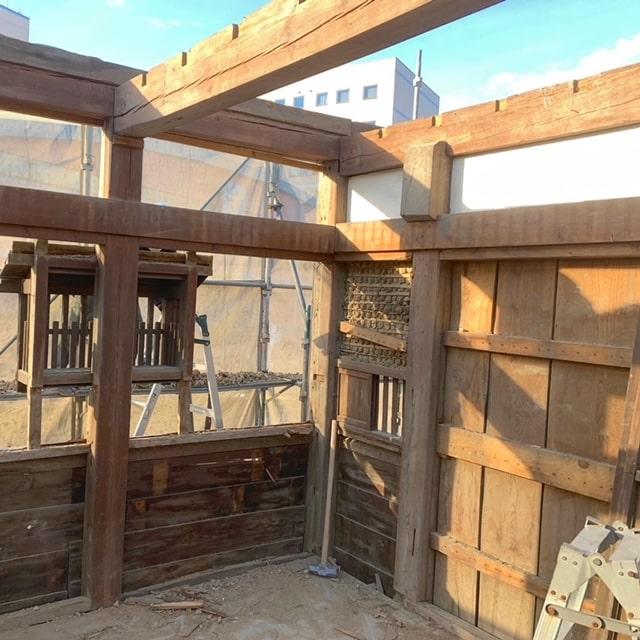 解体6日目です。引き続き小屋組みをばらしていきます。この梁を見てるとトドに見えてくる(笑)次に壁面を落としていきます。