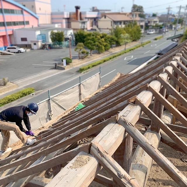長屋門の解体3日目です。野地板、垂木をどんどんばらしていきます。解体・片付けの応援協力していただける業者、スタッフ募集しております。
