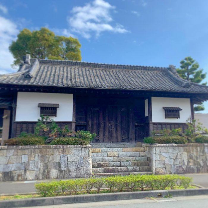 浜松市東区の邸宅に残る長屋門の保存に向けた継承式を行いました。移築・解体に向け解体していきます。解体、片付けの応援協力していただける業者、スタッフ募集しております。