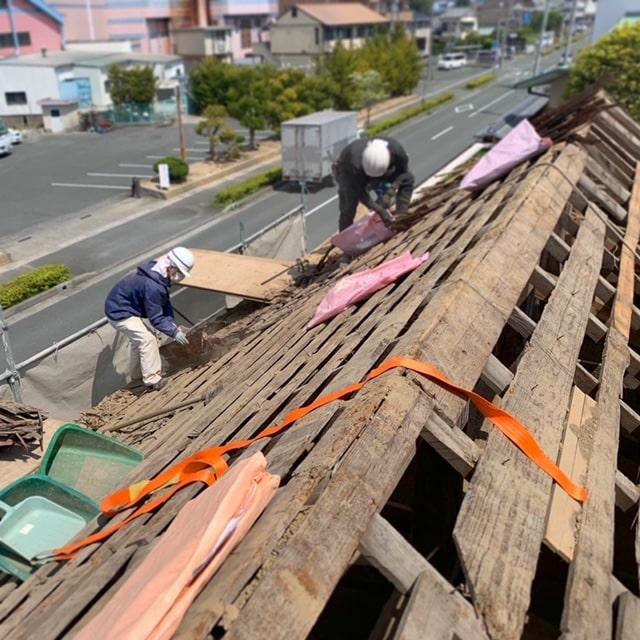 長屋門の解体二日目です。屋根の土下ろしを終え、野地板、垂木をばらしていきます!やっと骨組みが見えてきましたー!