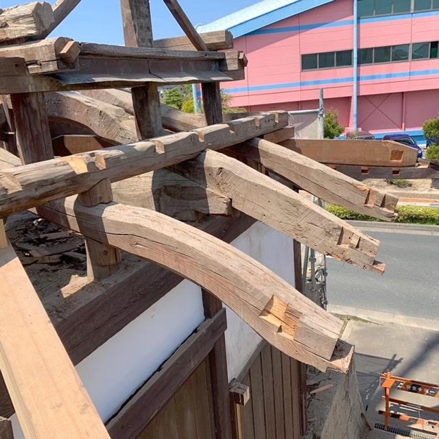 長屋門の解体5日目です。芽負いを外して小屋組みをばらしました~!解体・片付けの応援協力していただける業者、スタッフ募集しております!
