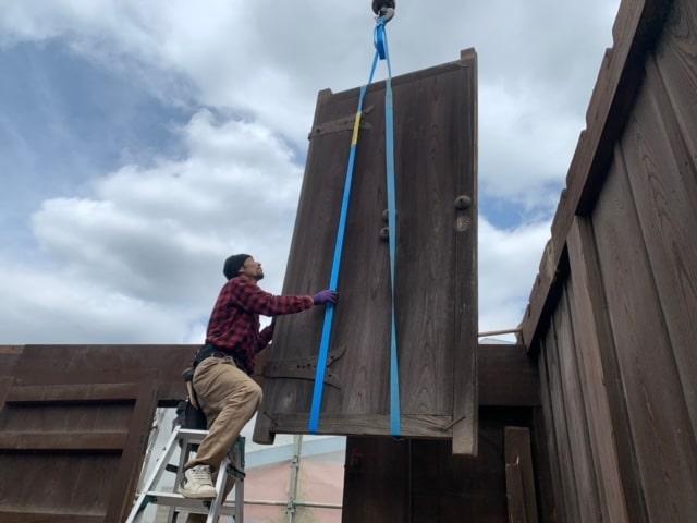 長屋門の解体8日目です。長屋門の扉を外しました。欅材なので見た目も重さも違います!!