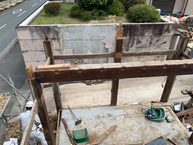 長屋門の解体8日目です。長屋門の扉を外しました。欅材なので見た目も重さも違いますΣ(・ω・ノ)ノ!