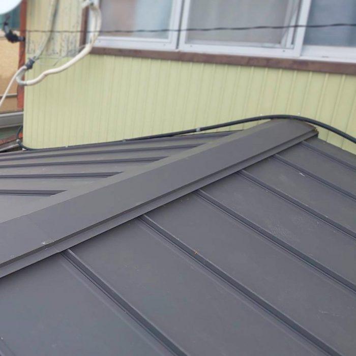 屋根が雨漏りするため、カラーベスト屋根からガルバ屋根に修繕します。屋根は解体せずにその上から下地を打って、ガルバ屋根に変身です!!