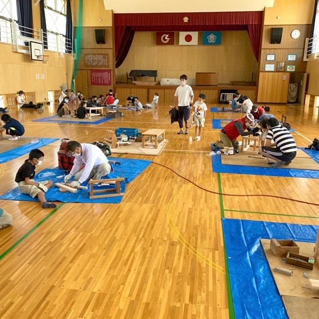 森町建築工業組合が主催する木工塾を、旧天方小学校体育館にて行いました。子供たちは真剣な表情で大工さんに教えてもらいながら、自分の作りたいものを制作しました。将来大工さんになってくれる子がいたらいいな(^o^)丿