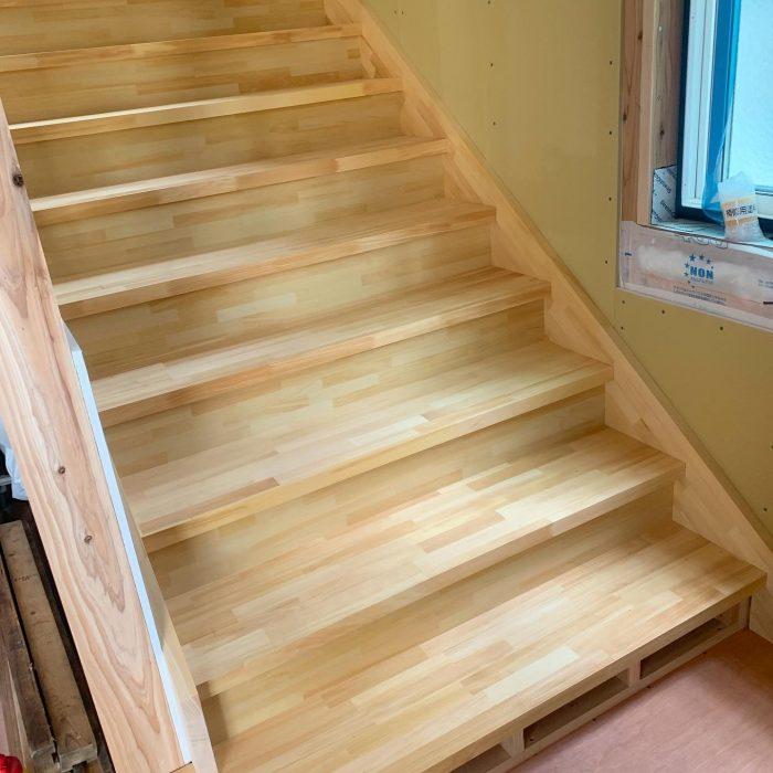 下宿公会堂の内装工事。階段を取り付けしてまーす!