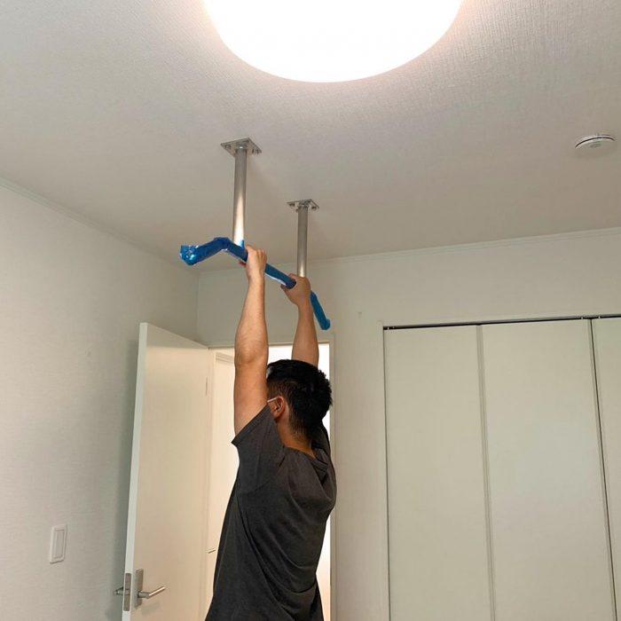 懸垂バーの取り付けをしました。取り付けたい場所にレーザーでラインを出して取り付け位置を決定します。下穴を開けたら天井点検口から天井裏に登って取り付けるための下地を施工します。下地の施工が終わったらバーを固定して終了です。これでマッチョになれますね(* ´艸`)