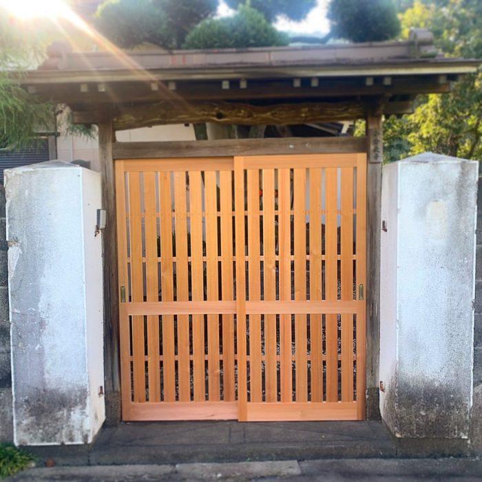 門の扉を新調しました。杉の赤色が心を和ませてくれます(^-^)